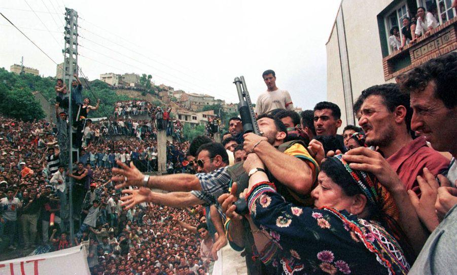 À l'occasion de ses funérailles de Matoub Lounès, dimanche 28 juin 1998, des milliers de personnes se sont réunies dans les rues de Taourirt Moussa, le village du « lion de Kabylie ». Ici, la famille du chanteur.