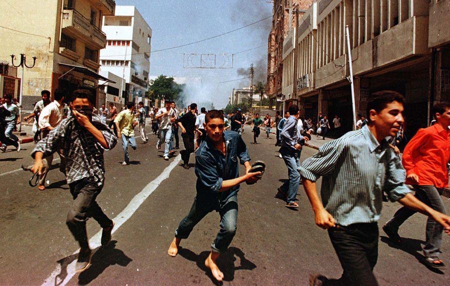 Au lendemain de la mort de Matoub Lounès, le 26 juin 1998, tristesse, désespoir, colère et violences dans les rues de Tizi Ouzou.