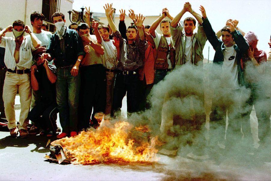 À l'annonce de la mort de Matoub Lounès, le jeudi 25 juin 1998, tristesse, désespoir, colère et violences dans les rues de Tizi Ouzou.