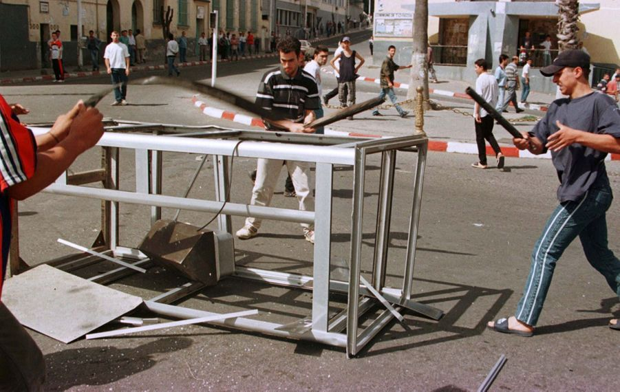 Le 27 juin 1998, deux jours après la mort de Matoub Lounès, tristesse, désespoir, colère et violences dans les rues de Tizi Ouzou.