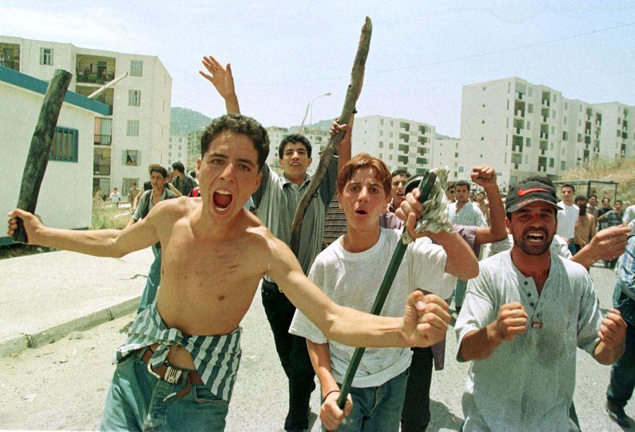 Au lendemain des funérailles de Matoub Lounès, lundi 29 juin 1998, tristesse, désespoir, colère et violences dans les rues de Tizi Ouzou.