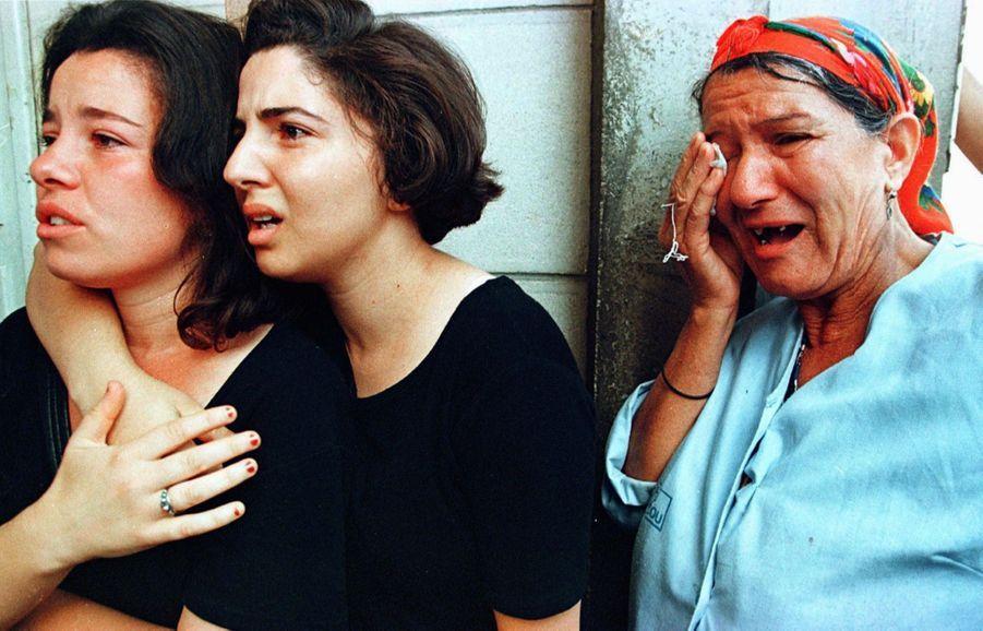 Le 27 juin 1998, deux jours après la mort de Matoub Lounès, des femmes réunies devant l'hôpital où repose le corps du « lion de Kabylie », à Tizi Ouzou.