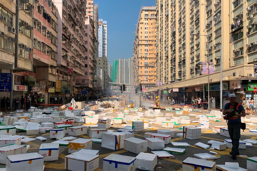 Barricade improvisée à Sai Wan Ho, à Hongkong, près de l'endroit où un manifestant a reçu un tir, lundi.