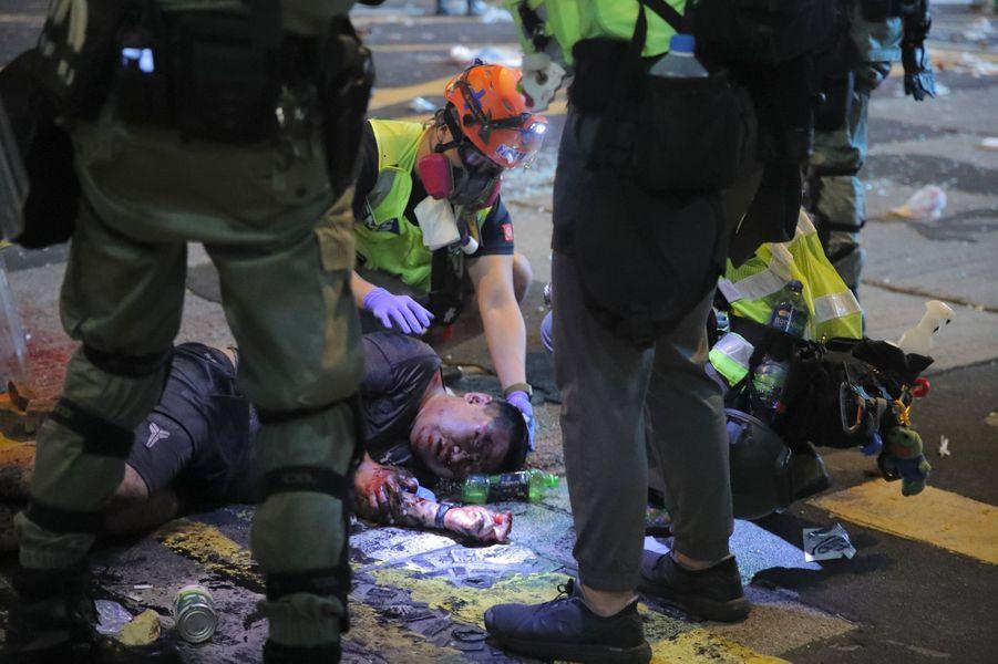 Des secouristes volontaires apportent leur aide à l'homme brutalement agressé.