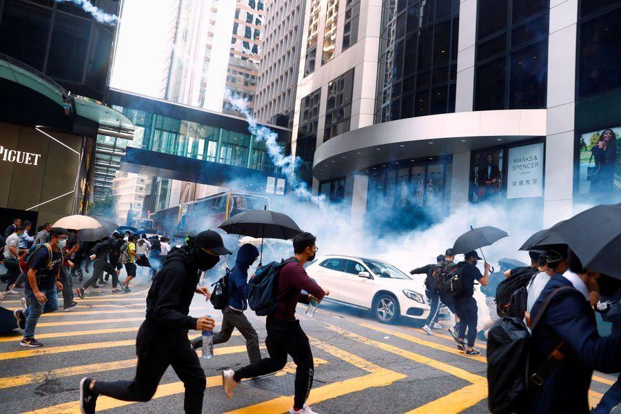 Grenades lacrymogènes dans le centre de Hongkong, lundi.