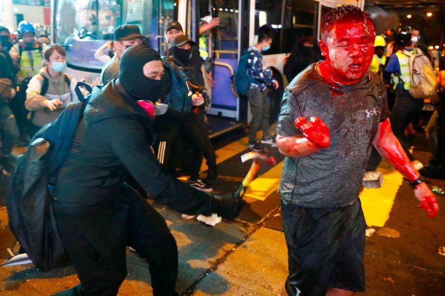 L'un des assaillants utilise un marteau pour frapper l'homme en pleine rue.