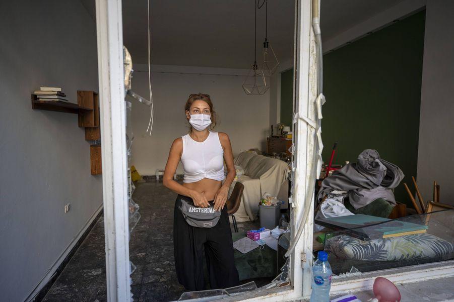 Sandrine Zeinoun, 34 ans, pose dans son appartement détruit.