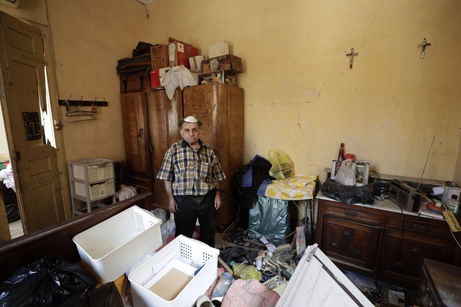 Waleed Mokbel, 78 ans, pose dans son appartement ravagé par les explosions.