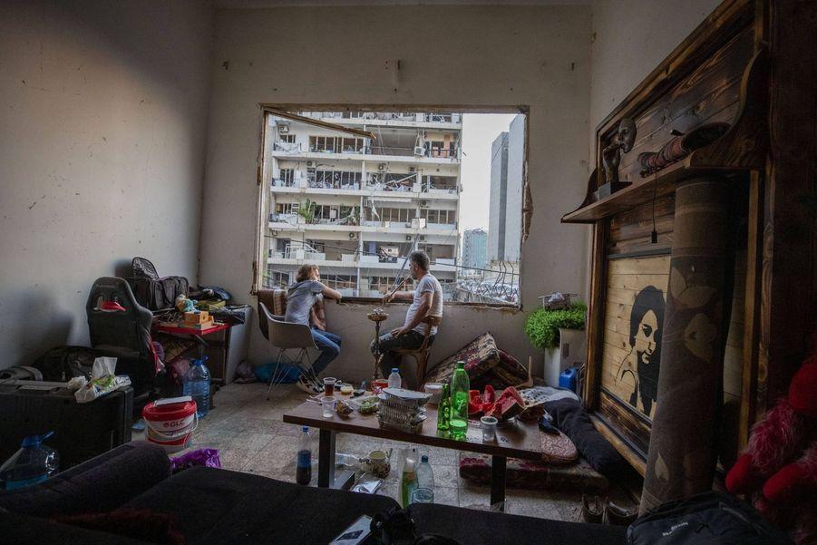 Fouad Armali fume dans son appartement détruit dans le quartier de Gemmayzeh.