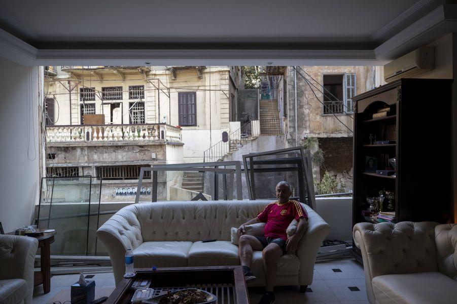 George Abdo, 58 ans, dans les restes de son salon.