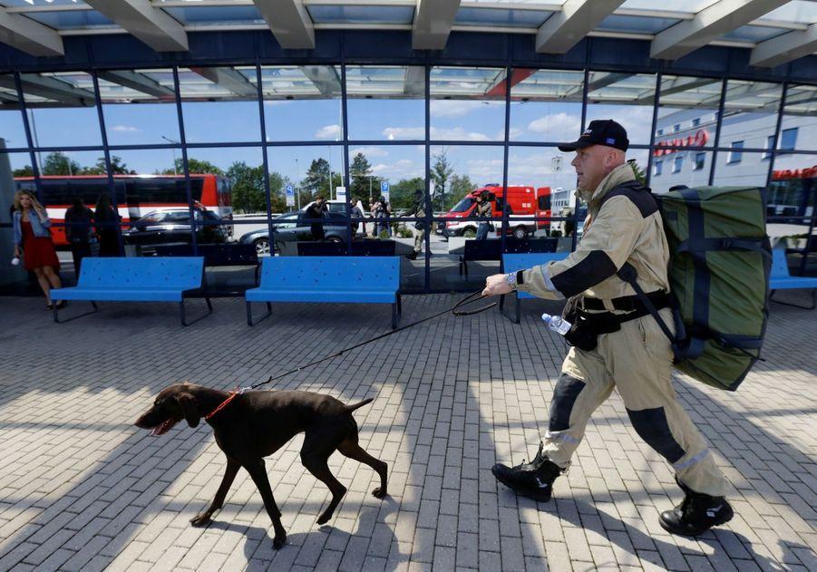 Un membre de USAR, l'équipe desauvetage-déblaiement en milieu urbain de République Tchèque, à l'aéroport deVaclav à Prague, part pour le Liban.