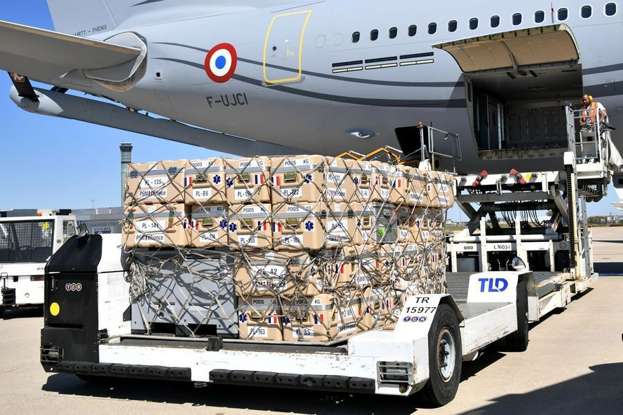 Du matériel chargé à bord de l'Airbus A330 de l'armée française pour Beyrouth.