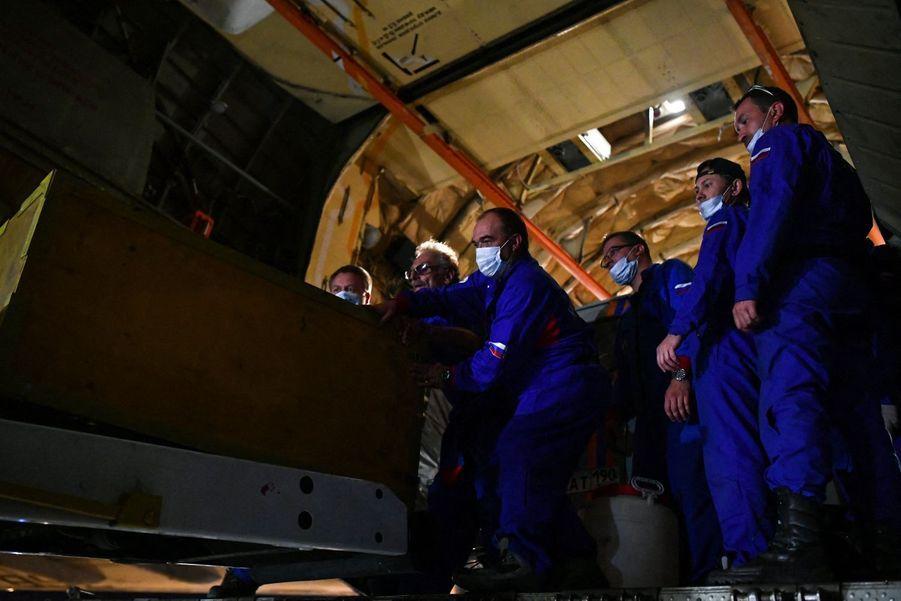 Des membres de l'Emercom (ministère russe des situations d'urgence) déchargent l'aide humanitaire d'un Ilyushin Il-76TD à l'aéroport de Beyrouth.