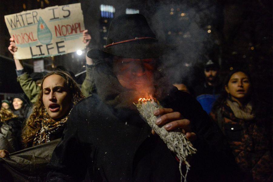 Une manifestation a eu lieu mardi à New York pour protester contre ces deux projets controversés.