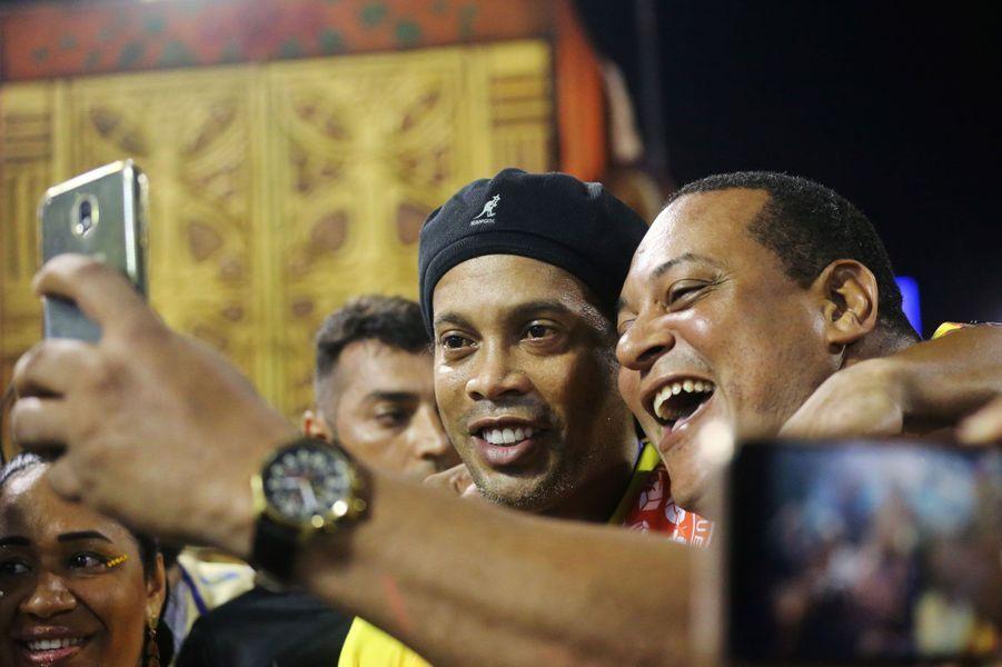 Le légendaire joueur de football brésilien Ronaldinho au milieu de la foule du carnaval de Rio.