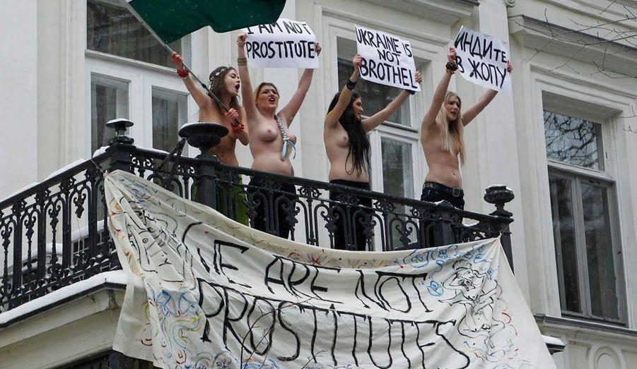 Le 18 janvier, le FEMEN a dénoncé «l'insulte» faite aux ukrainiennes. «Nous ne sommes pas des prostituées» clament-elles du balcon situé en face du domicile de l'ambassadeur indien à Kiev. En effet, les autorités indiennes ont décidé de restreindre le nombre de visas accordés aux jeunes ukrainiennes afin d'endiguer la prostitution. La police a arrêté les quatre jeunes femmes.