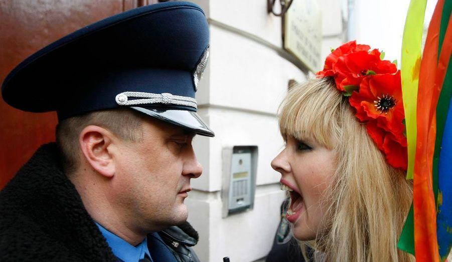 La fondatrice de l'organisation, Anna Hutsol explique avoir lancé FEMEN en 2008 pour défendre la démocratie et parce que l'Ukraine manquait de militantes pour défendre les droits des femmes.