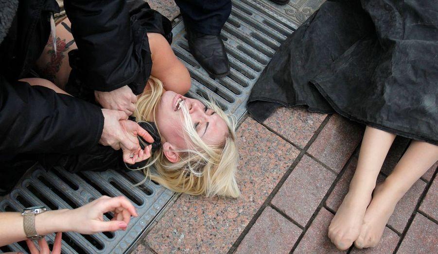 Le 9 décembre 2011, malgré le risque de se faire arrêter par les autorités locales, le Femen était présent lors des manifestations organisées sur la place de la cathédrale du Christ-Sauveur à Moscou. De nombreux Russes sont descendus dans les rues du pays pour dénoncer des élections frauduleuses depuis les législatives du 28 novembre.