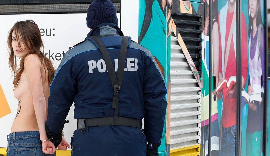 La police suisse est rapidement intervenue pour arrêter les militantes de Femen.