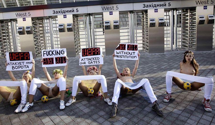 À quelques heures du tirage au sort de l'Euro 2012 qui avait lieu le 2 décembre, des militantes ukrainiennes ont manifesté vendredi pour un Euro «sans prostitution» devant le stade Olympique de Kiev. Femen est devenu un phénomène en Ukraine mais aussi à l'étranger et revendique plus de 300 membres.