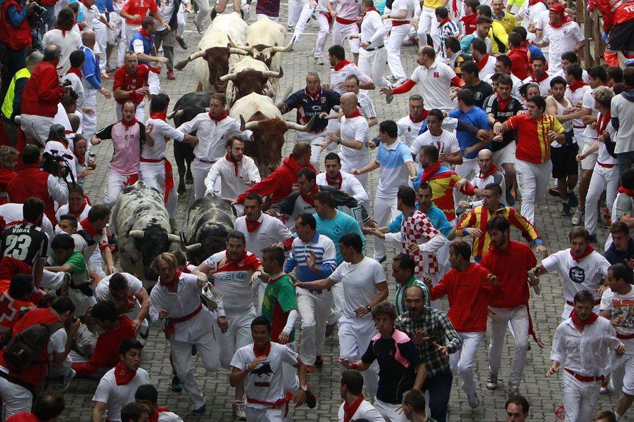 Lundi, la première course de taureaux a eu lieu dans les rues étroites et pavées de Pampelune. Pour le moment, quatre personnes ont été hospitalisées.