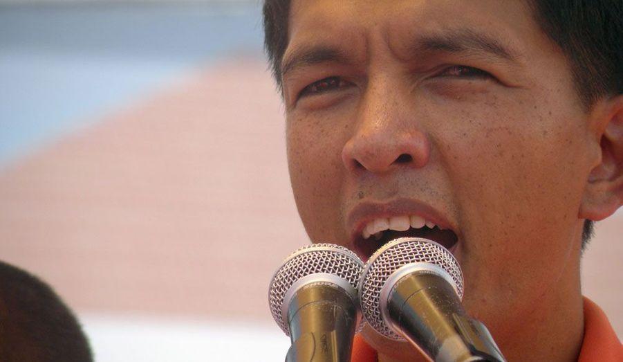 Le maire d'Antananarivo et chef de l'opposition malgache, Andry Rajoelina, a été destitué mardi par le président Marc Ravalomanana. Ceci au terme de deux semaines de violentes manifestations.