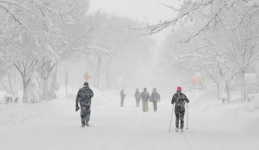 """Des chutes de neige d'une ampleur exceptionnelle, surnommées """"Snowmageddon"""" par les internautes, se sont abattues samedi sur la côte est des Etats-Unis. Deux personnes ont été tuées, écrasées par un camion semi-remorque alors qu'elles s'étaient arrêtées pour venir en aide à un automobiliste."""