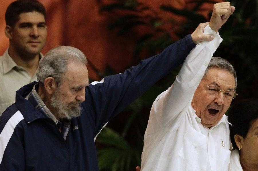 Fidel Castro, photographié en avril 2011 avec son frère Raul Castro.