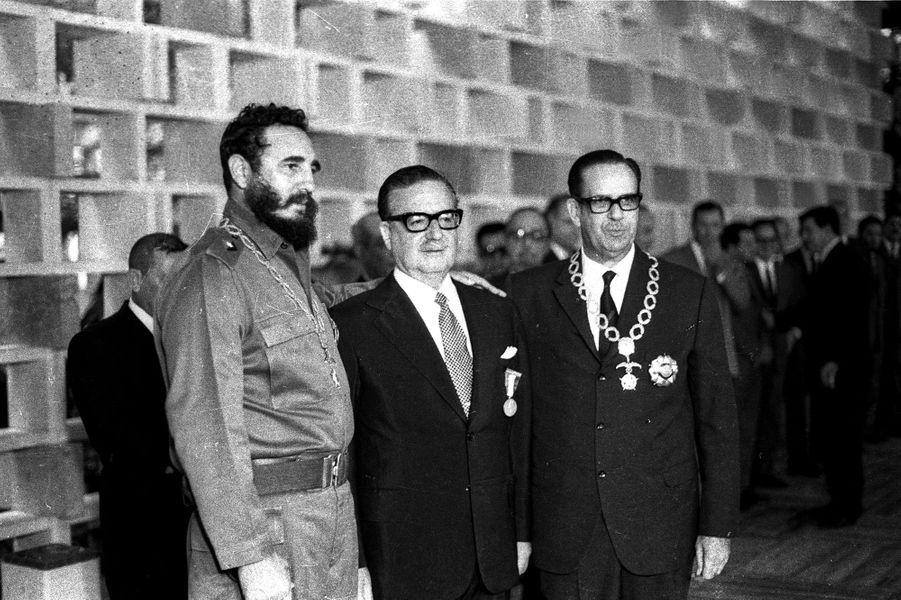 Fidel Castro, photographié en décembre 1972, avec Salvador Allende et Osvaldo Dorticos.