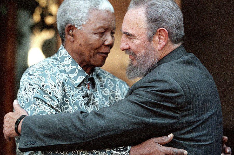 Fidel Castro, photographié en septembre 2001 avec Nelson Mandela.