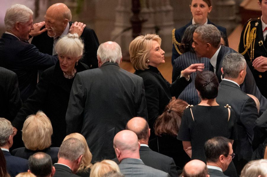 Bill et Hillary Clinton avec Barack et Michelle Obama à Washington, le 5 décembre 2018.