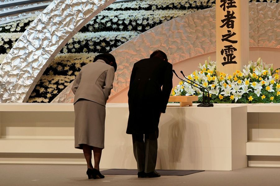 Le princesse Kiko et le prince Akishino rendent hommage aux victimes du 11 mars 2011, à Tokyo.