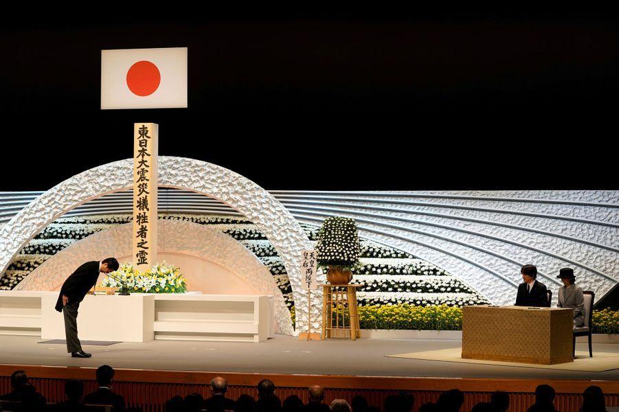 Le princesse Kiko, le prince Akishino et le Premier ministre japonais Shinzo Abe rendent hommage aux victimes du 11 mars 2011, à Tokyo.