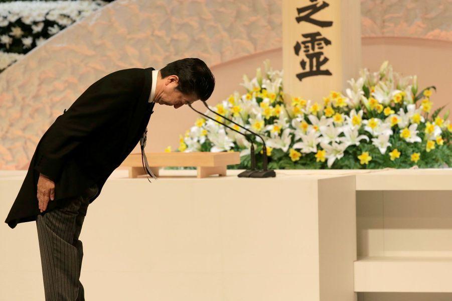 Le Premier ministre japonais Shinzo Abe rend hommage aux victimes du 11 mars 2011, à Tokyo.