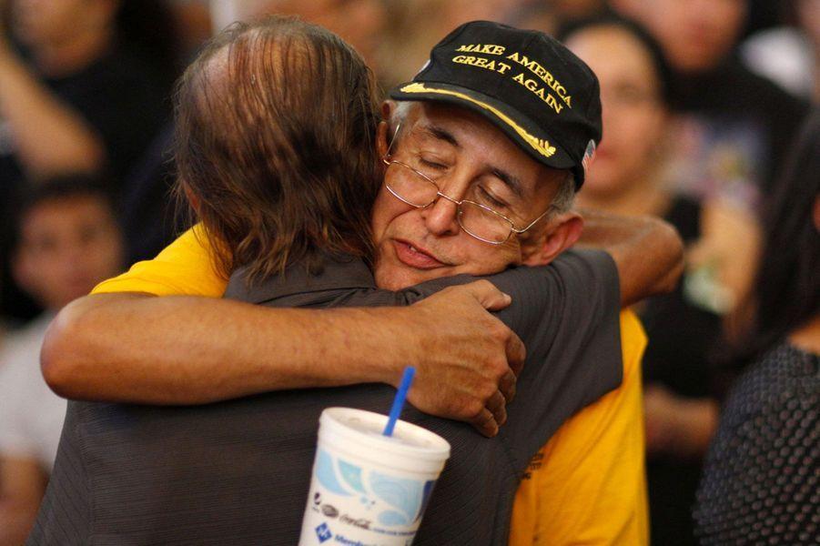 Antonio Basco réconforté par la foule lors des funérailles de sa femme, vendredi au Texas