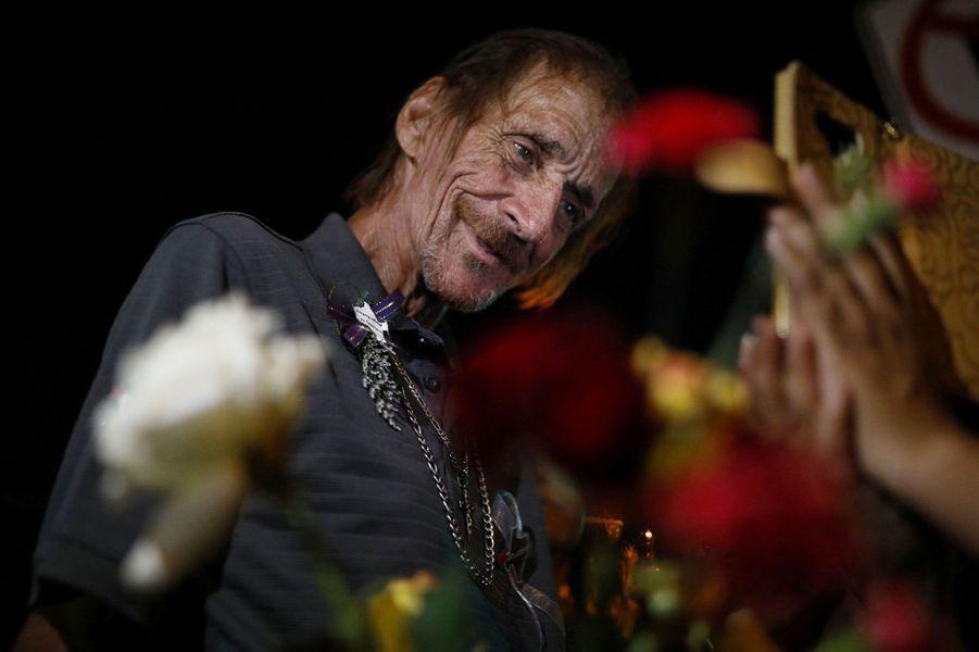 Antonio Basco lors des funérailles de sa femme, vendredi au Texas