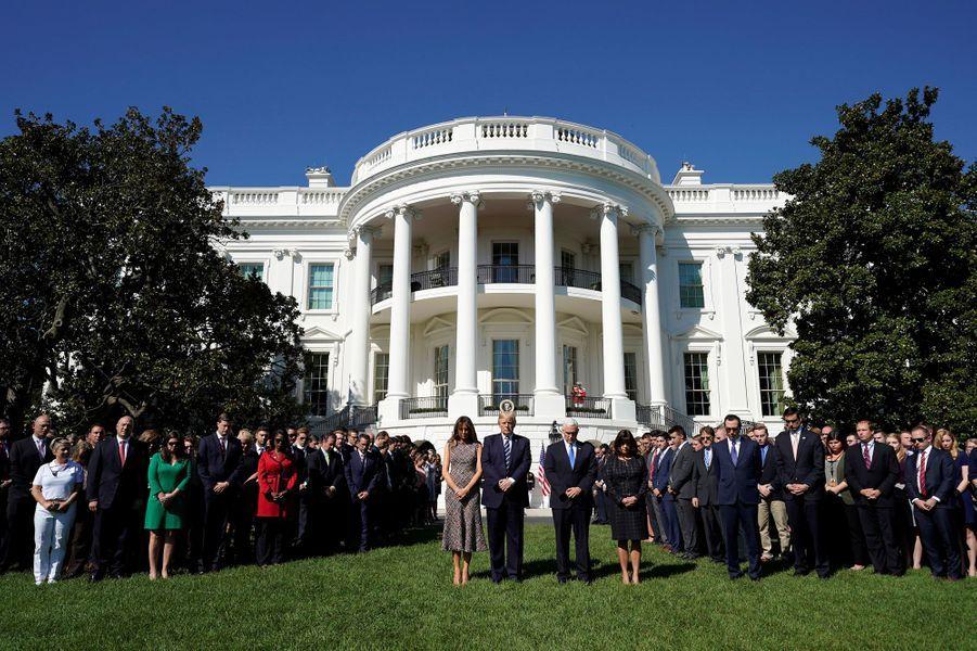 Le président américain DonaldTrumpa observé lundi une minute de silence dans les jardins de la Maison Blanche en hommage aux victimes de la fusillade de Las Vegas qui a fait au moins 58 morts.
