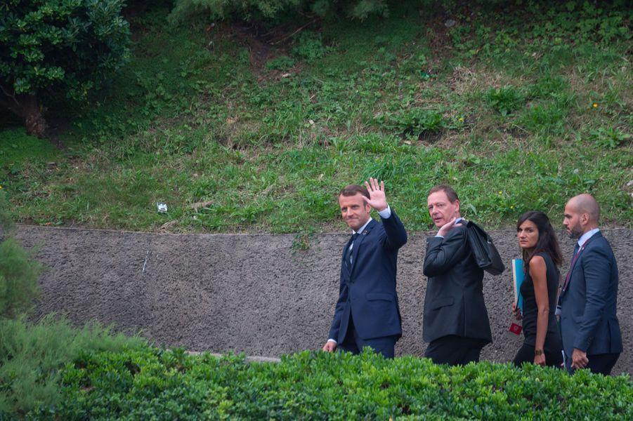 Emmanuel Macron se rend au Bellevue, où se déroulaient dimanche matin les discussions à sept.