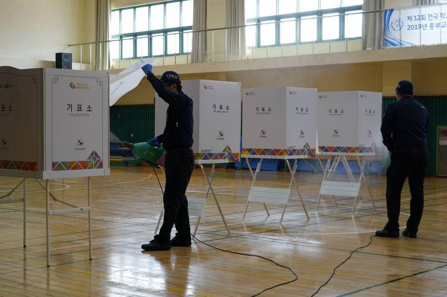 Préparatifs dans un bureau de vote de Séoul, le 14 avril 2020.