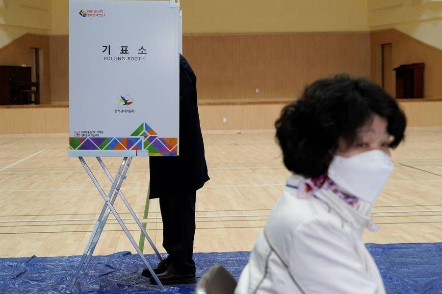 Dans un bureau de vote de Séoul, le 15 avril 2020.