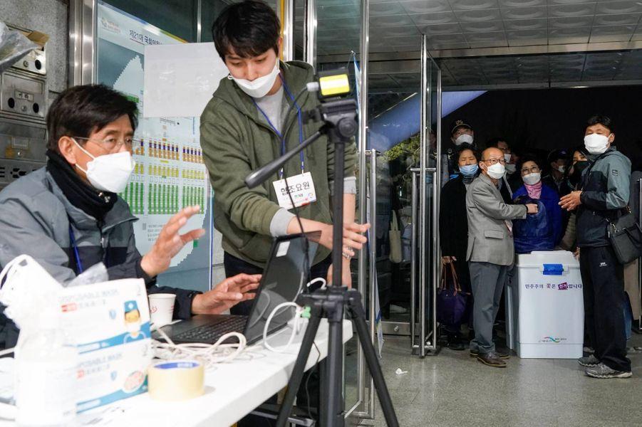 Devant un bureau de vote de Séoul, le 15 avril 2020.
