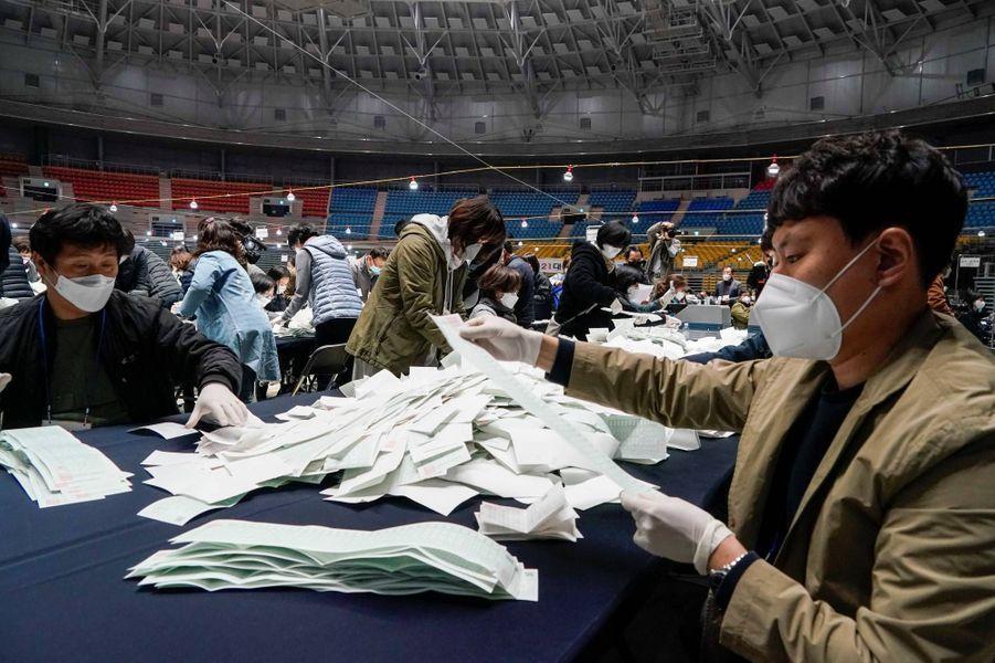 Dépouillement des bulletins à Séoul, le 15 avril 2020.