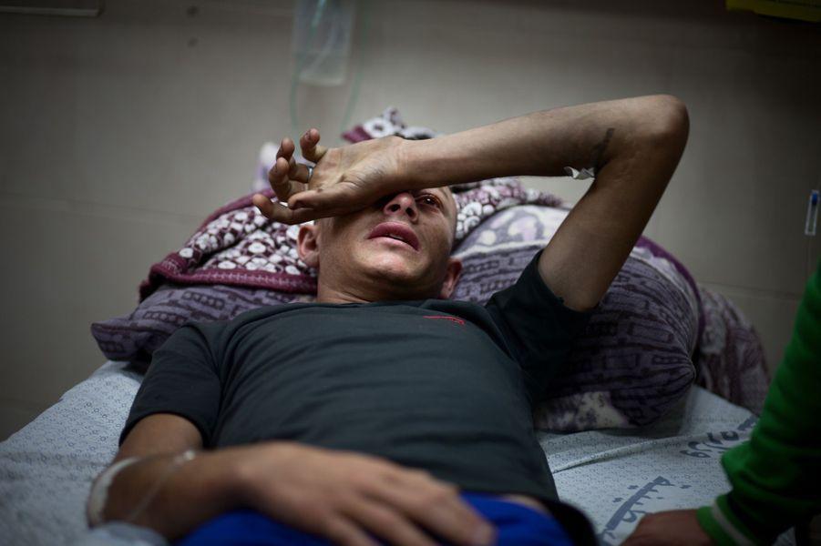 Abdel Rahman el Awa a été blessé à la manifestation du 14 mai. Il s'est pris une balle dans la cuisse et souffre énormément parce que l'hôpital n'a plus beaucoup de médicaments.