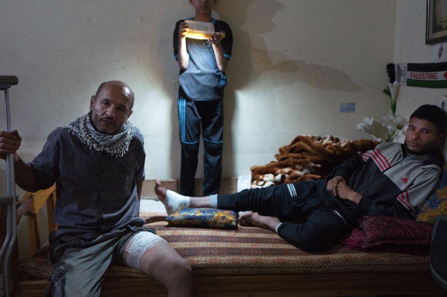 Ibrahim (53 ans) et son fils Momen (21) ont été blessés aux manifestations. Ibrahim a 5 fils et deux sont blessés ainsi que lui.