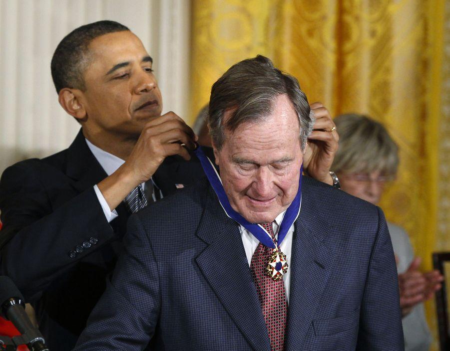 Barack Obama remet à George H. W. Bush la médaille de la liberté en février 2011