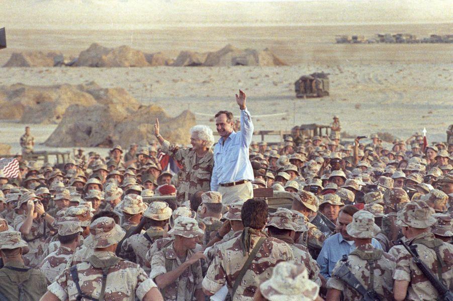 Barbara et George H. W. Bush dans le désert saoudien en novembre 1990