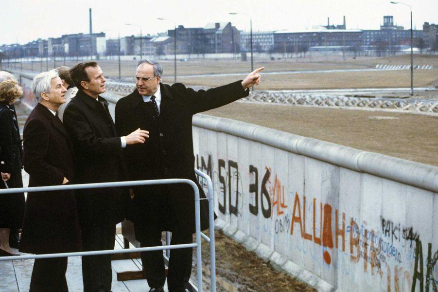 George W. H. Bush, alors vice-président, devant le Mur de Berlin en 1983 avec le chancelier allemandHelmut Kohl et le maire de Berlin Richard von Weizsäcker