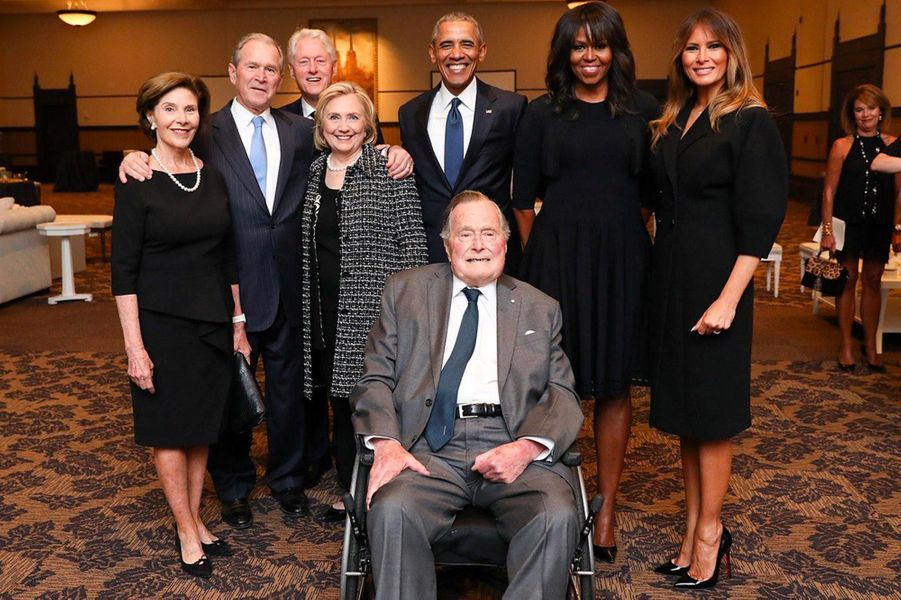 George H. W. Bush entoure de George W. et Laura Bush Bill et Hillary Clinton Barack et Michelle Obama et Melania Trump aux funérailles de Barbara Bush a Houston en avril 2018