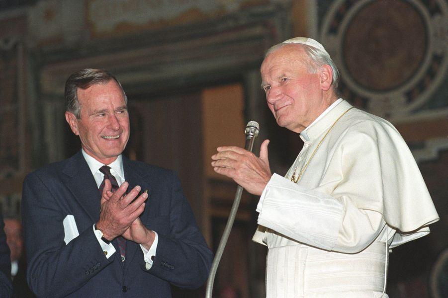George H. W. Bush et le pape Jean Paul II au Vatican en novembre 1991