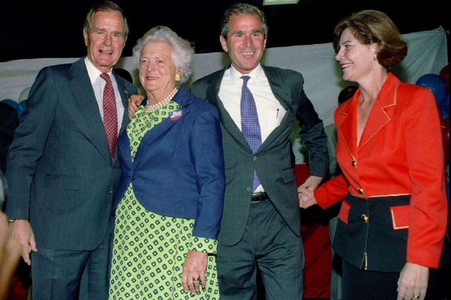George H. W. Bush et sa femme Barbara avec leur fils George W Bush et sa femme Laura en novembre 1994